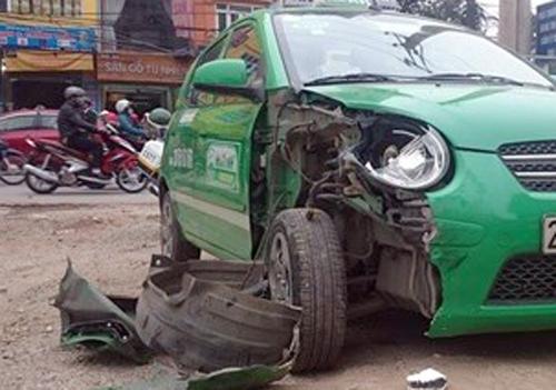 Xe Santafe gây tai nạn liên hoàn, 2 người nhập viện 2