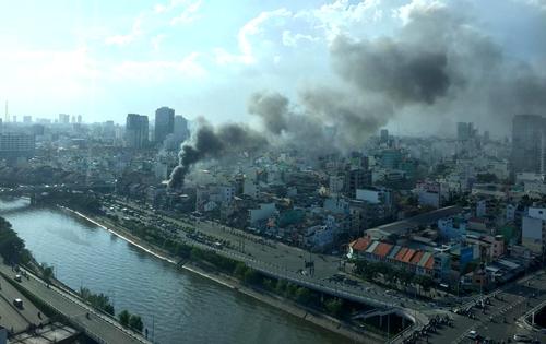 Sài Gòn: Cháy lớn 13 căn nhà  , hàng trăm người tháo chạy
