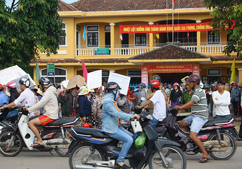 Tiểu thương Huế lại vây ủy ban phường phản đối chuyển chợ 2