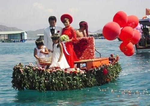 Kết thuyền hoa đón nàng dâu mới.
