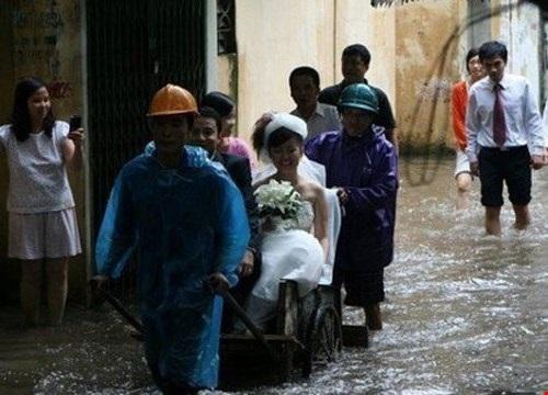 Phương tiện rước dâu đặc biệt trong những ngày mưa lũ.
