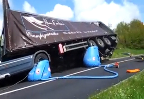 Độc chiêu cứu xe tải bị lật ngửa 2