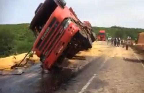 Độc chiêu cứu xe tải bị lật ngửa 1