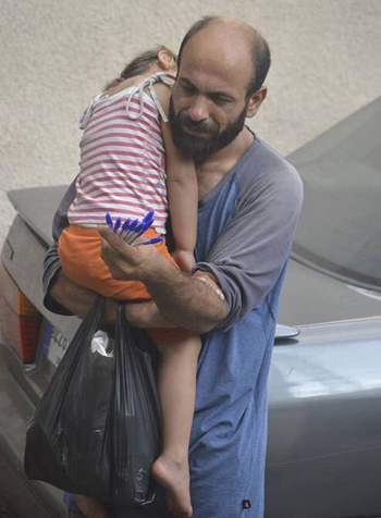 Abdul đưa con cùng đi bán bút dạo trên đường phố Beirut. Ảnh:Mirror.