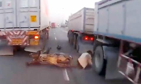 Luồn lách vượt ẩu, tay lái môtô ngã vào xe tải