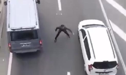 Phát tờ rơi giữa đường như biểu diễn kung-fu 1