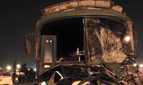 Xe khách tông đuôi ôtô tải, hơn 20 người gặp nạn