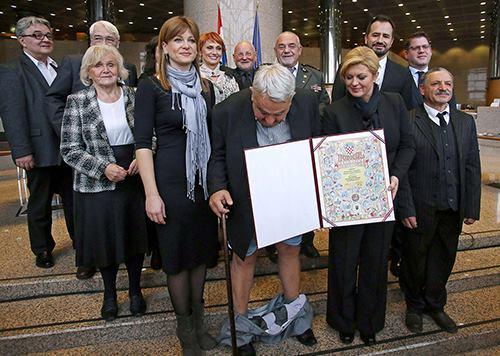 ÔngIvan Zvonimir Cicak gặp sự cố với chiếc quần trong buổi lễ trang trọng. Ảnh: AFP