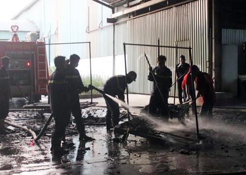 Hàng trăm người tháo chạy khỏi công ty gỗ bốc cháy 2