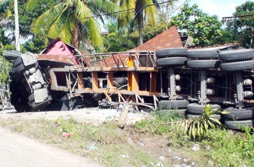Xe container tông sập nhà, đè chết 2 người đang ngủ 2