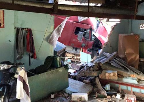 Xe container tông sập nhà, đè chết 2 người đang ngủ 1