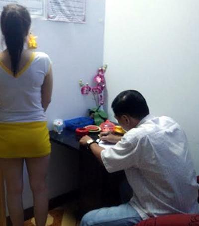 nu-nhan-vien-day-nhau-chieu-khach-trong-phong-vip-massage-1