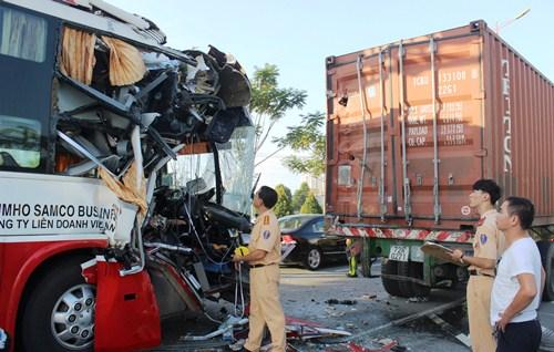 30 người kêu cứu trong ôtô khách húc đuôi container 1