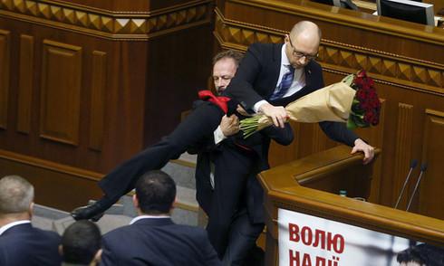 Thủ tướng Ukraine bị bế bổng, nghị sĩ quốc hội ẩu đả