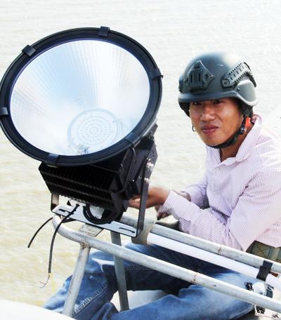 Có hơn 350 bộ đèn cao áp được lắp đặt trên cầu Cần Thơ. Ảnh: Cửu Long