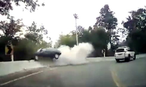 Cứu hộ thành phá xe Lexus 5