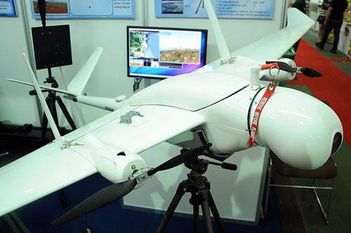 Pelican VB-01 của Viện Vật lý ứng dụng và Thiết bị khoa học là máy bay không người lái đáng chú ý nhất tại Hội chợ công nghệ và thiết bị quốc tế Việt Nam 2015 (Techmart 2015). Máy bay phục vụ việc quan sát thực địa từ trên không với sải cánh 2.412 mm, dài 1.660 mm, trọng lượng không tải 5 kg và tải thêm được 10 kg.