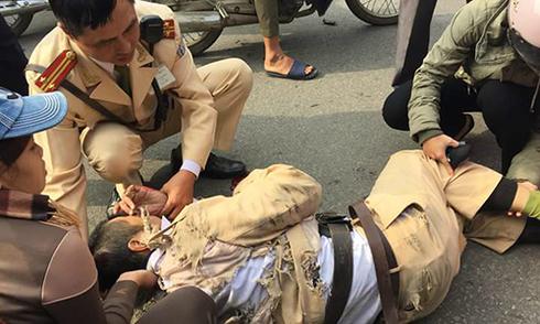 Nhân chứng: 'Tài xế cố đánh võng hất cảnh sát xuống đất'