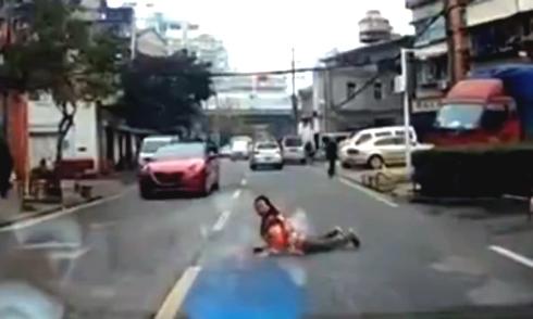 Người phụ nữ bò ra đường nằm ăn vạ ôtô 1