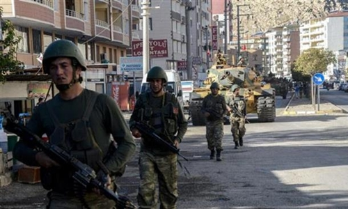 Binh sĩ Thổ Nhĩ KỳTurkish soldiers patrol a street in the Silvan district after clashes between Turkish forces and Kurdish militants in Silvan in Diyarbakir Province on November 14, 2015. (AFP Photo)