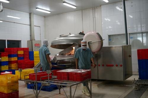 Công đoạn xay nhuyễn nguyên liệu được tuân thủ nghiêm ngặt theo quy trình chuẩn tại nhà máy AFF.
