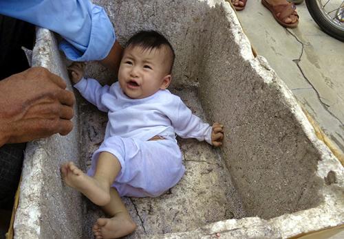 Bé trai 2 tháng tuổi bị bỏ rơi trước nhà đôi vợ chồng hiếm muộn 2