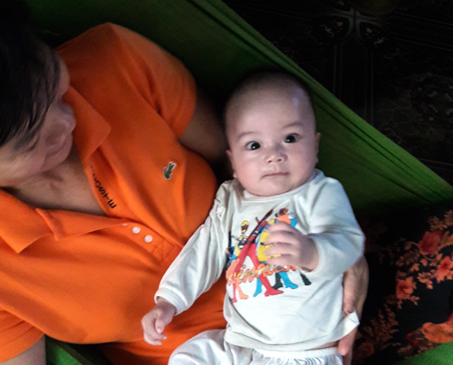 Bé trai 2 tháng tuổi bị bỏ rơi trước nhà đôi vợ chồng hiếm muộn 1