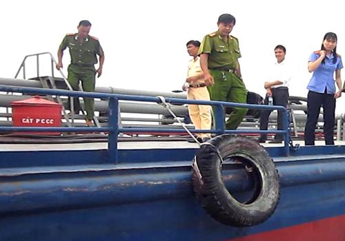 Tàu chở 1,2 triệu lít xăng bị đâm thủng trên sông Tiền 2