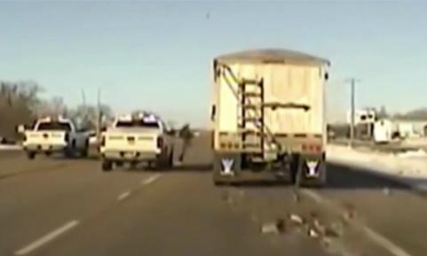 Cảnh sát Mỹ nhảy lên cứu xe tải mất lái