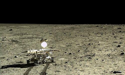 Robot tự hành của Trung Quốc tìm thấy đá lạ trên Mặt Trăng