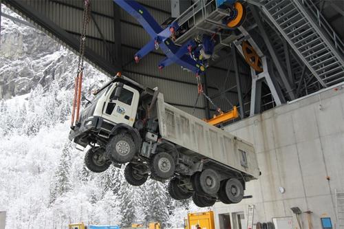 Xe tải vượt núi bằng cáp treo 2