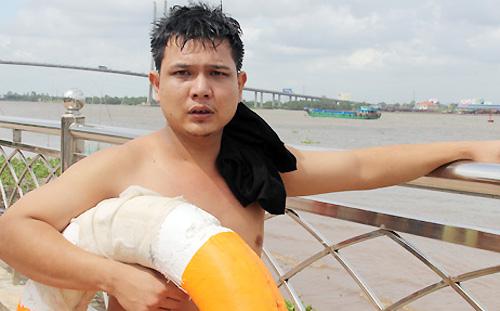 Nam thanh niên cứu 2 người giữa sông dữ được khen 1