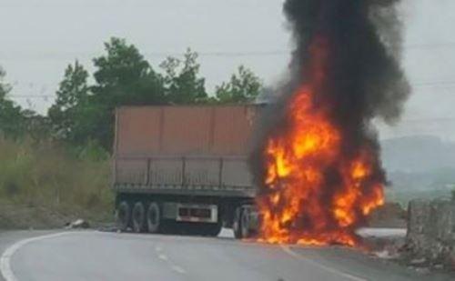 Xe container bốc cháy sau va chạm, hai người chết 1
