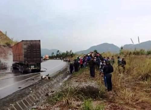 Xe container bốc cháy sau va chạm, hai người chết 2