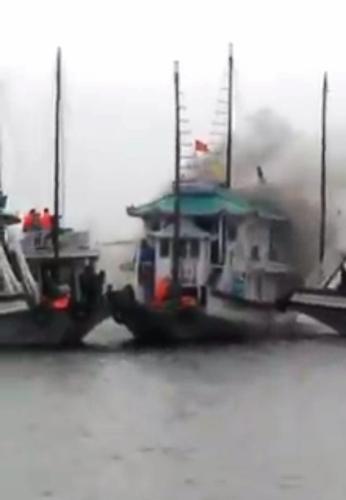 Cháy tàu trên vịnh Hạ Long, 25 người thoát nạn 1