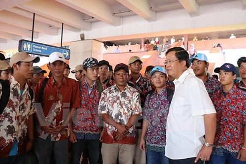 Đại sứ Hoàng Anh Tuấn (áo trắng) dặn dò các ngư dân Việt tại Indonesia. Ảnh: Vietnam+