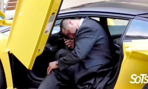 Tài xế vật lộn để ra khỏi BMW i8 4
