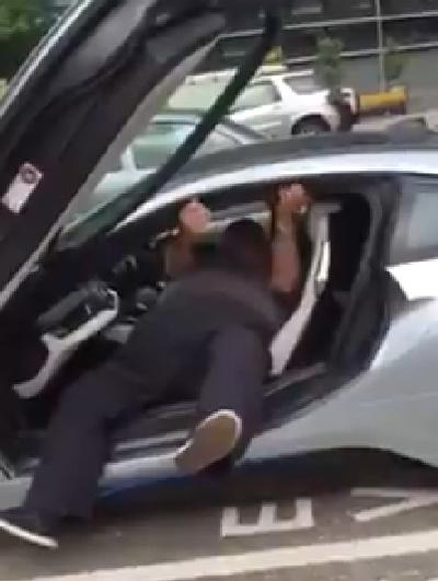 Tài xế vật lộn để ra khỏi BMW i8 2