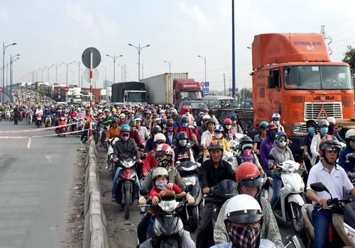 Ôtô đâm hàng loạt xe chờ đèn đỏ ở cửa ngõ Sài Gòn 2