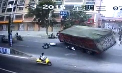 Xe tải chở than đổ đè lên thanh niên đi xe máy 1