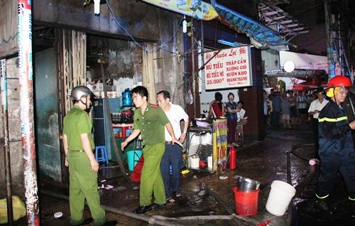 Cứu 5 người kẹt trong đám cháy ở Sài Gòn 2