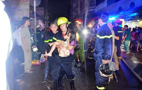 Cứu 5 người kẹt trong đám cháy ở Sài Gòn 1