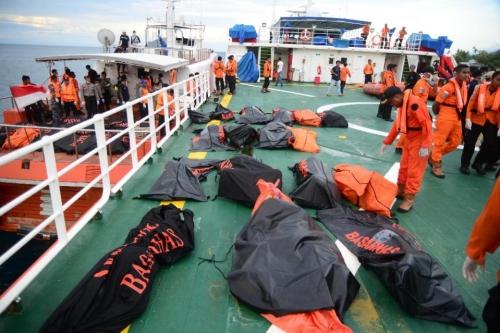 Các thi thể nạn nhân được thu thập hôm 24/12. Ảnh: AFP