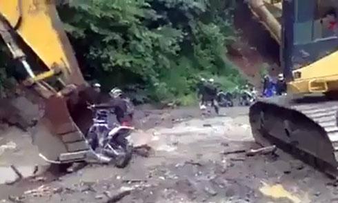 co-vuot-oto-tren-duong-hep-xe-may-bay-len-khong-4