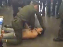 Người đàn ông đập phá gây náo loạn sân bay Nội Bài 1
