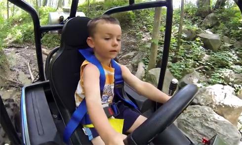 Cậu nhóc 5 tuổi lái xe off-road 2