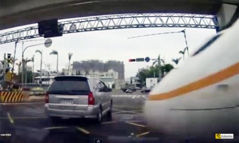 Ôtô bò qua cầu ván siêu mỏng 5