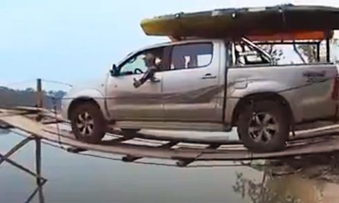 Ôtô bò qua cầu ván siêu mỏng