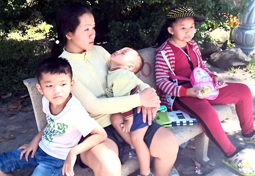 Trẻ em Sài Gòn đội nắng đi chơi ngày đầu năm 3