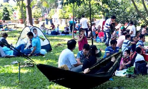 Trẻ em Sài Gòn đội nắng đi chơi ngày đầu năm 6